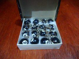 Biliárdgolyó kulcstartó, fekete 8-as, 32mm, 40gr, 16 db/doboz (Bruttó 200.-Ft/db.)