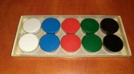 Táblamágnes, hűtőmágnes, tartómágnes vegyes színekben (fehér, kék, piros, zöld, fekete) 10db/doboz, 2db/szín, 38mm átmérő, hansawerke 7538-30, erős, síkra merőleges húzóerő 2,5kg, bruttó 200.-Ft/db,