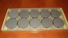 Táblamágnes, hűtőmágnes, tartómágnes, szürke, 10db/doboz, 38mm átmérő, 12mm vastag, hansawerke 7538-21, erős, síkra merőleges húzóerő 2,5kg, bruttó 200.-Ft/db, Stroncium-Ferrit korong mágnes