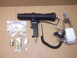 DEK ProFlow Paste Gun, 137695, újratölthető pneumatikus pasztanyomó, adagoló pisztoly, fotón látható tartozékokkal.