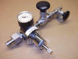 AGA Hélium reduktor 2db. tűszelepes csappal, mérőórával és T elosztóval, rozsdamentes anyagból