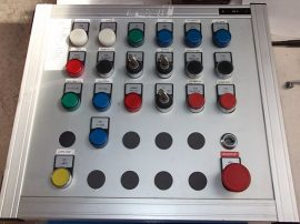Elektromos vezérlő szekrény nyomógombokkal, sorkapoccsal, csatornákkal